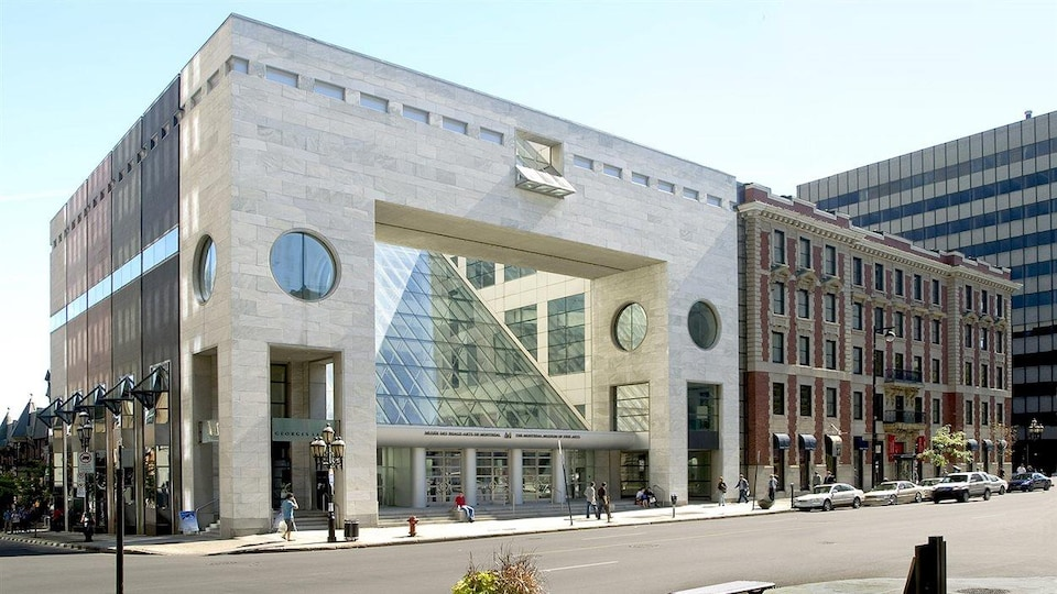 La façade du bâtiment donnant sur la rue.