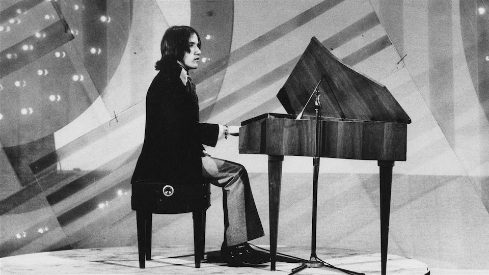André Gagnon jeune assis derrière un piano