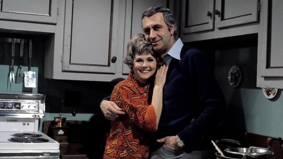 Photo prise sur le plateau de « Quelle famille! », Janette Bertrand et Jean Lajeunesse s'enlacent.