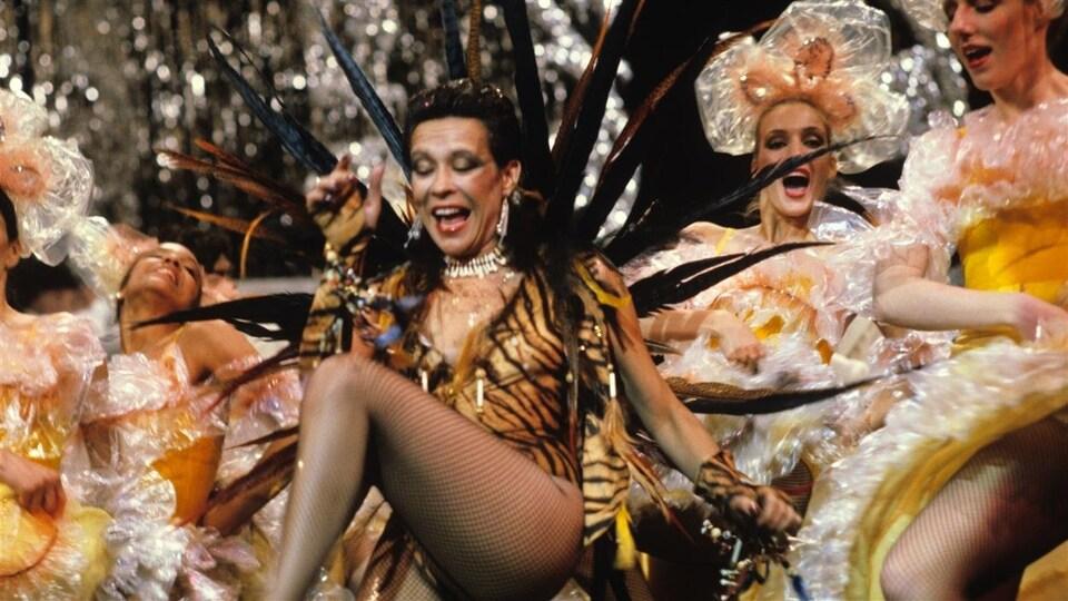 Louise Forestier et autres danseuses de cabaret sur scène.