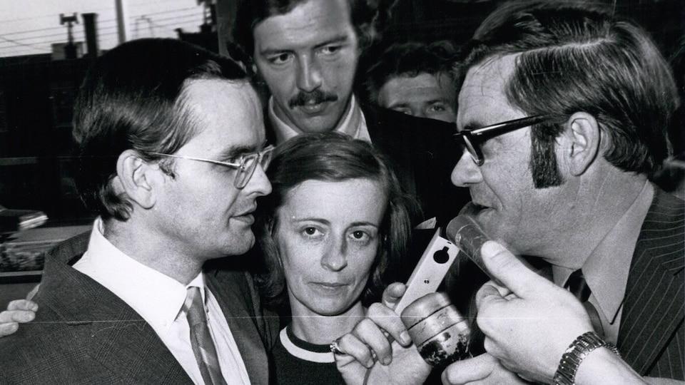 Pierre Vallières est interrogé par des journalistes dans la rue
