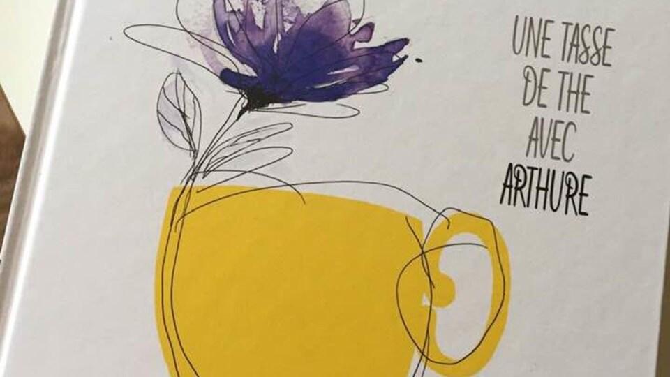 Le livre Une tasse de thé avec Arthure sur lequel est dessiné une tasse avec une fleur.