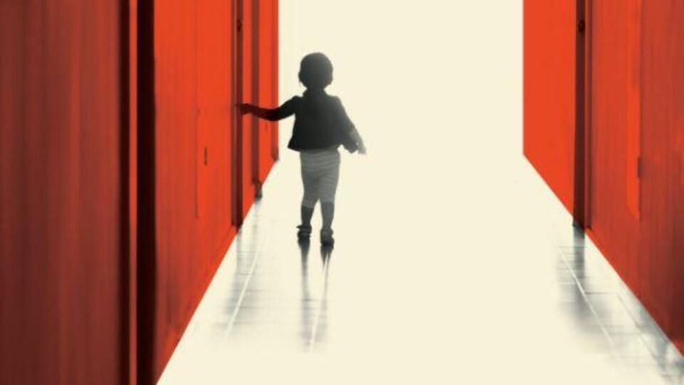 Couverture de livre où est dessiné un enfant de dos dans un long couloir étroit.