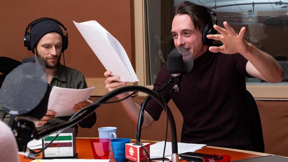 Les deux comédiens démontrent leur amusement en jouant ces rôles.