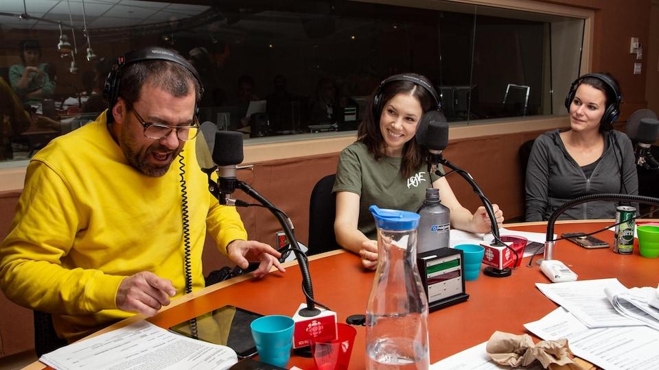 Habillé en jaune, Bruno Marcil parle et fait rire sa collègue Marie-Ève Trudel.