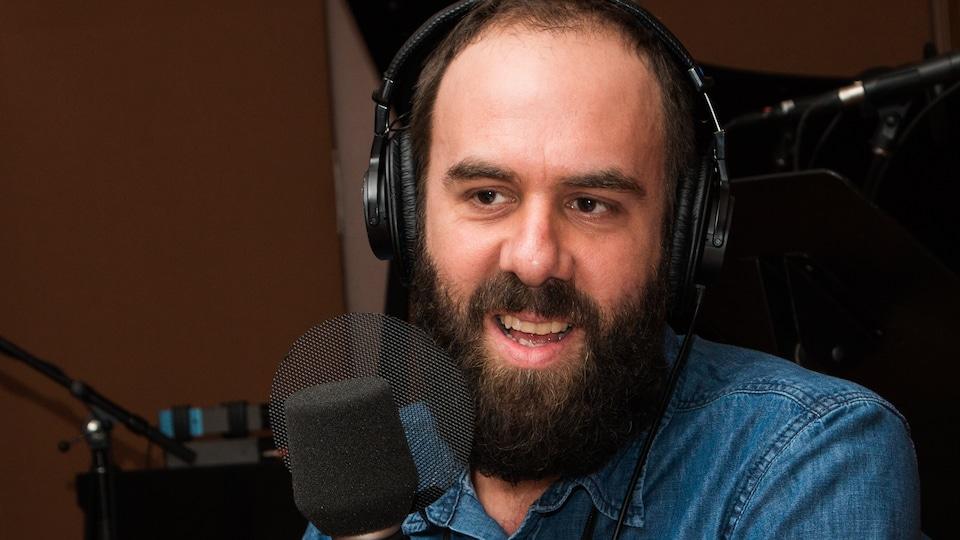 L'auteur barbu sourit au micro de l'émission.