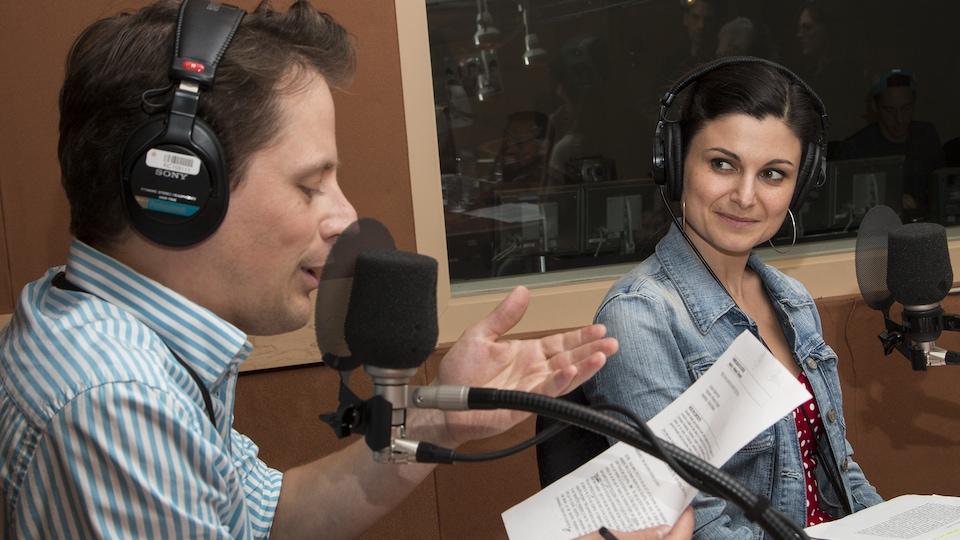 La comédienne Émilie Bibeau regarde en direction de son ami Olivier Morin, qui lit un texte.