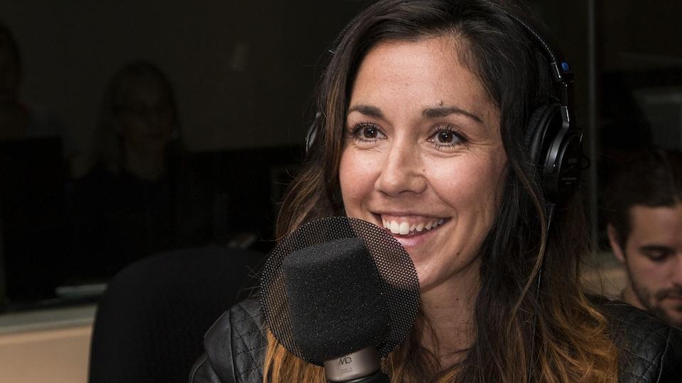 L'auteure Sophie Bienvenu sourit au micro lors de son entrevue avec Marie-Louise Arsenault