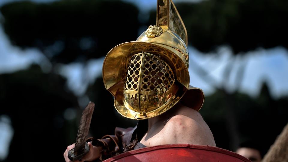 Un homme est habillé en gladiateur au Circus Maximus pour célébrer la commémoration de la fondation de Rome le 24 avril dernier.