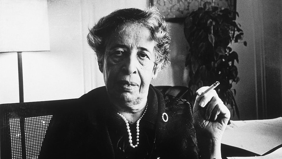 La philosophe Hannah Arendt, que l'on voit ici en 1972 dans son appartement de Manhattan.