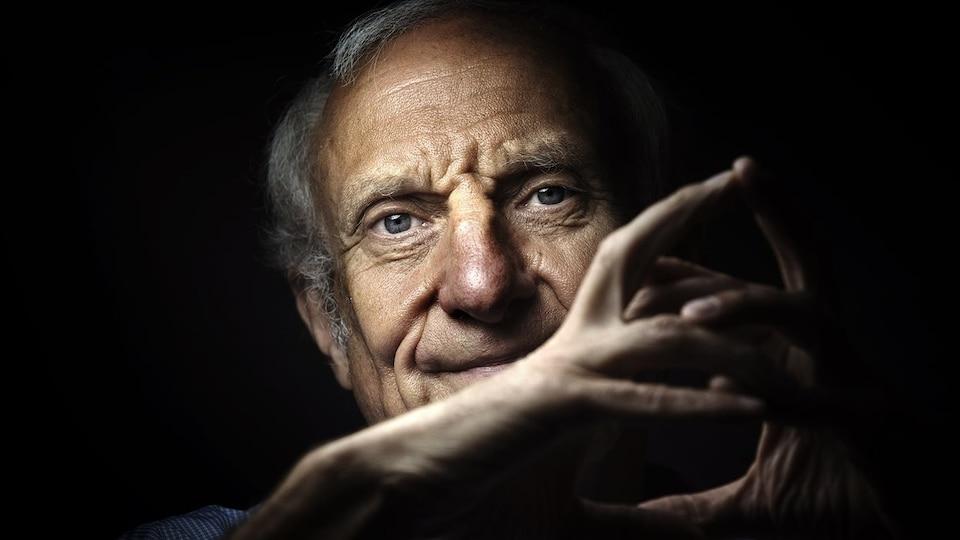 L'auteur Jean Hatzfeld pose pour la caméra à Paris en juillet 2015.