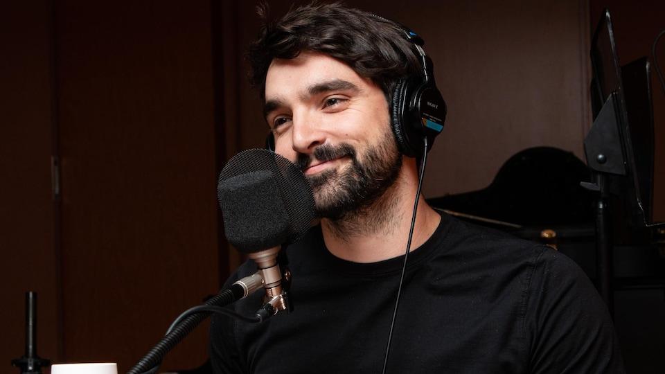Jean-Philippe Baril Guérard sourit dans un studio.