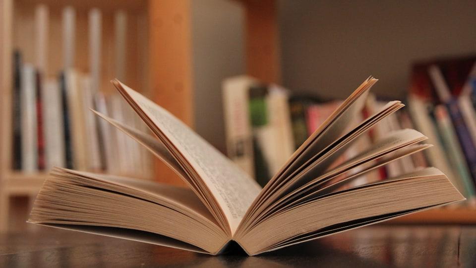 Un livre sur une table de lecture.