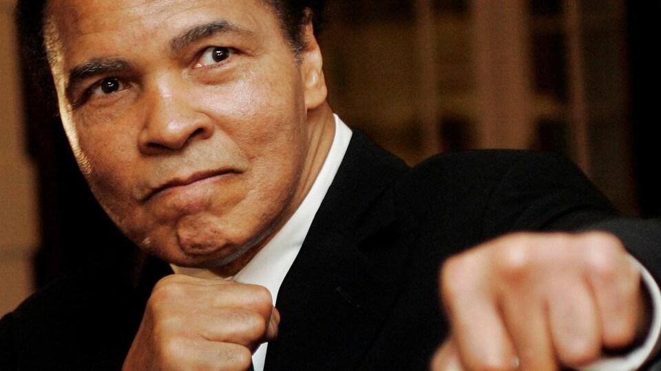 Le boxeur Mohamed Ali et ses poings.