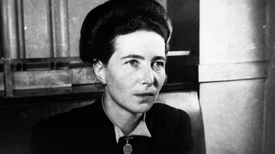 Une photo de l'auteure existentialiste et féministe Simone de Beauvoir prise en 1947.