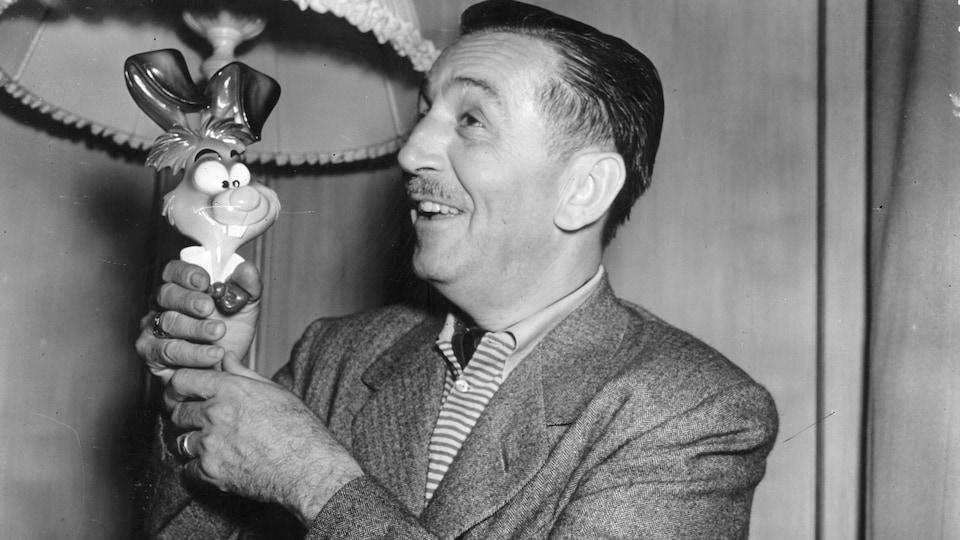 Walt Disney à Londres en 1951, où il présente un personnage de son nouveau film Alice au pays des merveilles