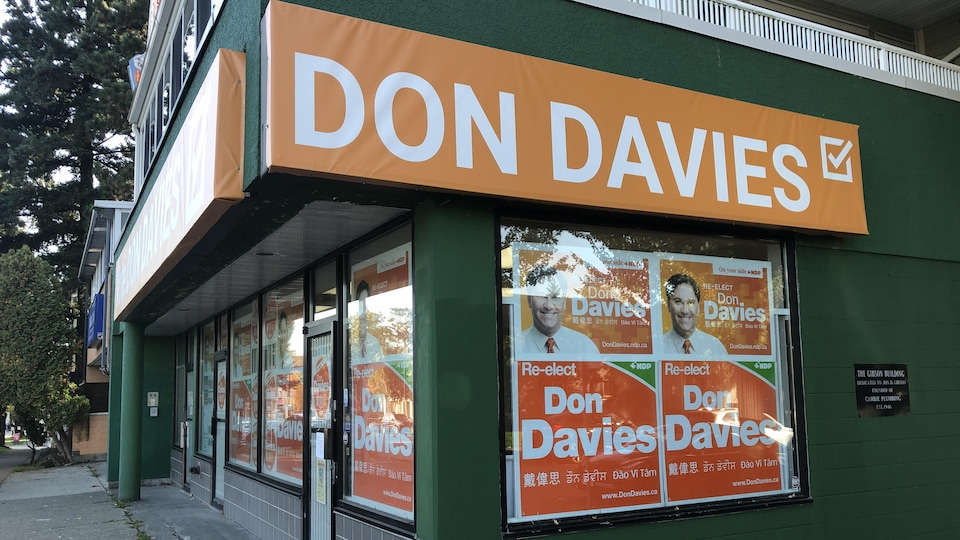 Le bureau de Don Davies est remplie de pancartes suggérant la réélection du candidat du NPD.