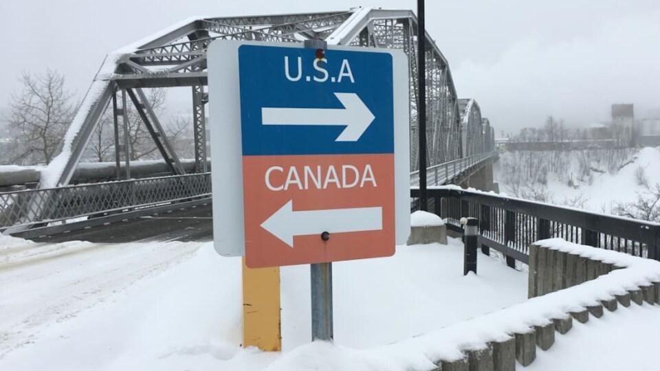 Le pont international qui relie le N.-B. et l'État du Maine sous la neige.