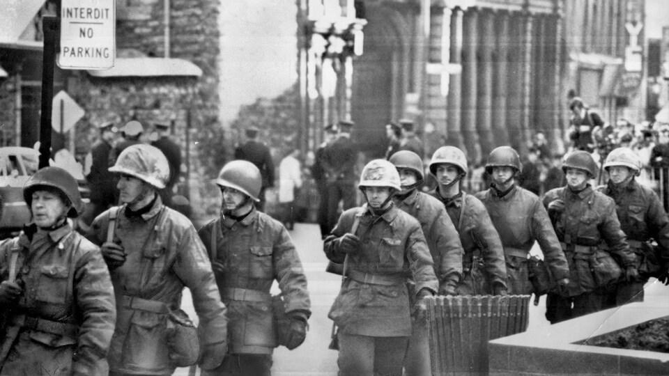 Une dizaine de militaires armés sont vus dans une rue du Vieux-Montréal.