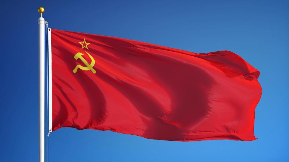 Le drapeau de l'URSS: il est rouge avec les symboles de la faucille et le marteau en jaune.
