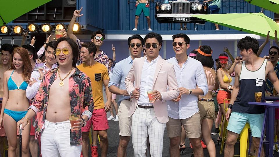 Une scène du film Crazy Rich Asians, montrant une fête où tout le monde semble riche.