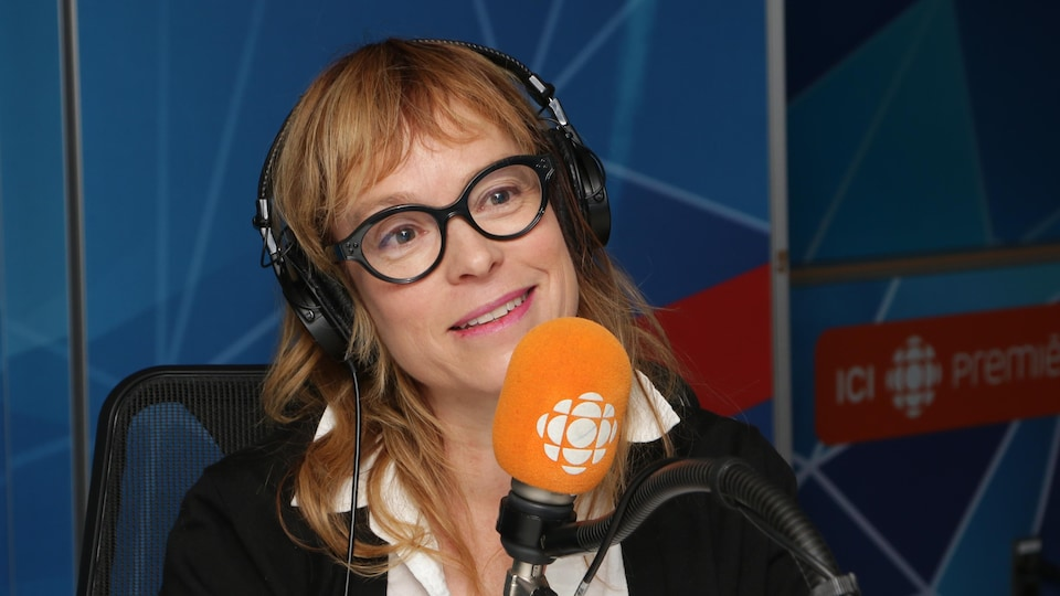 L'autrice Martine Delvaux dans le studio 17 de Radio-Canada