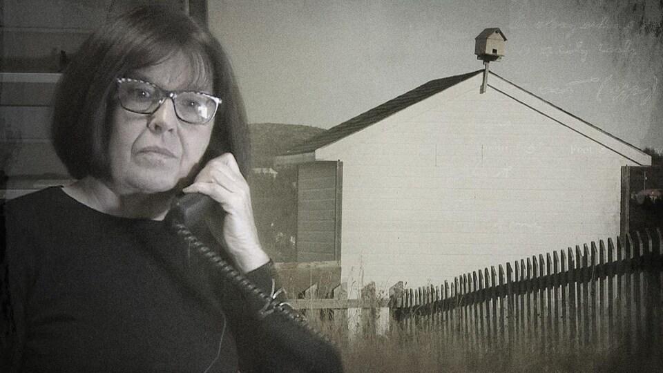 La journaliste Anne Panasuk au téléphone, au côté d'une image de la communauté de Pakuashipi.