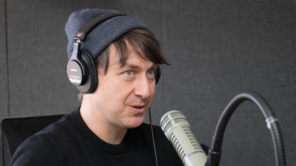 Éric Morin dans les studios de Radio-Canada