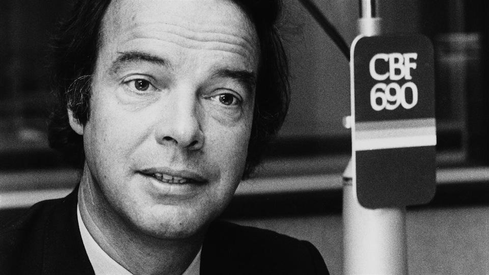 Pierre Nadeau dans un studio de radio à l'émission Présent