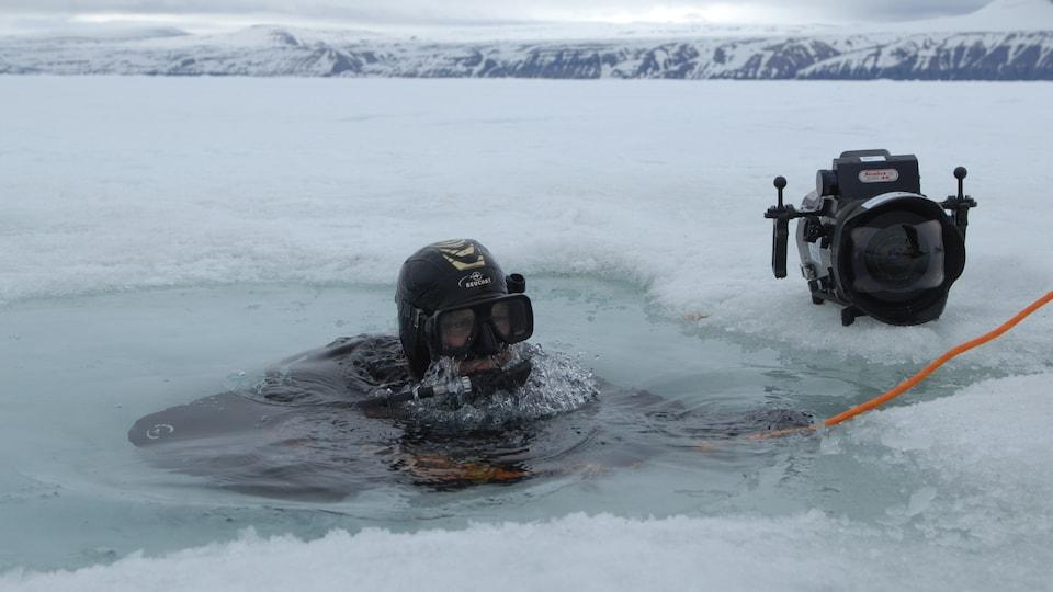 Mario Cyr avec sa caméra en eau glacée