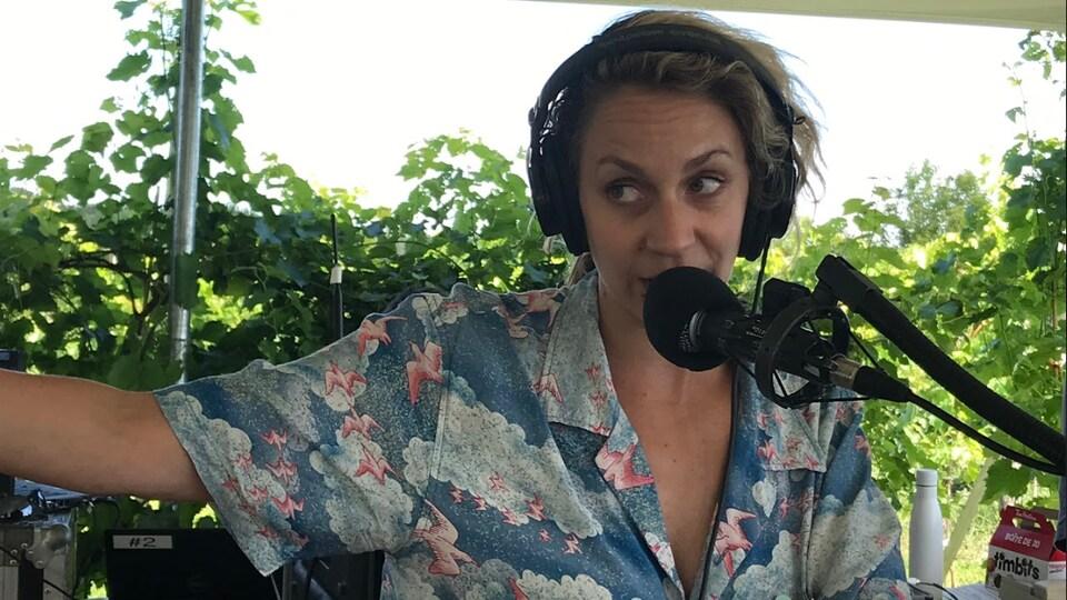 Léane Labrèche-Dor parle dans un micro de radio.