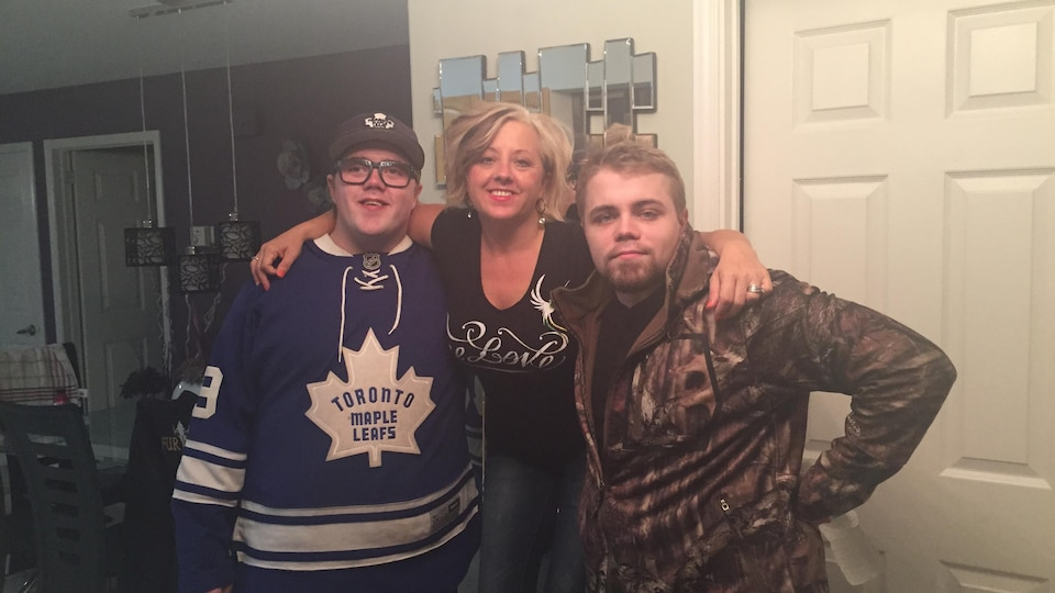 Mme Walton avec un bras autour de chacun de ses fils, Joshua et Jamie Cole.