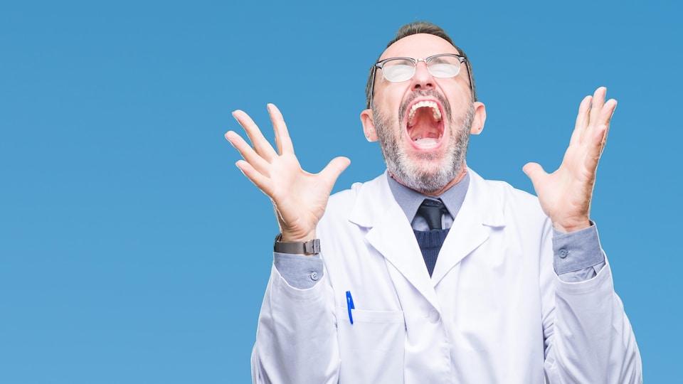 Un homme en sarrau crie sur fond bleu.