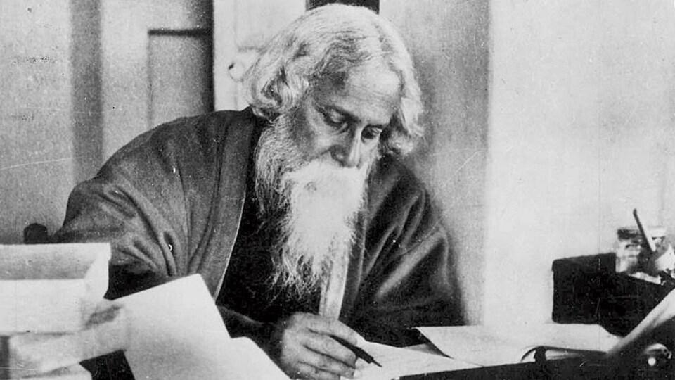 Un homme barbu en session d'écriture.