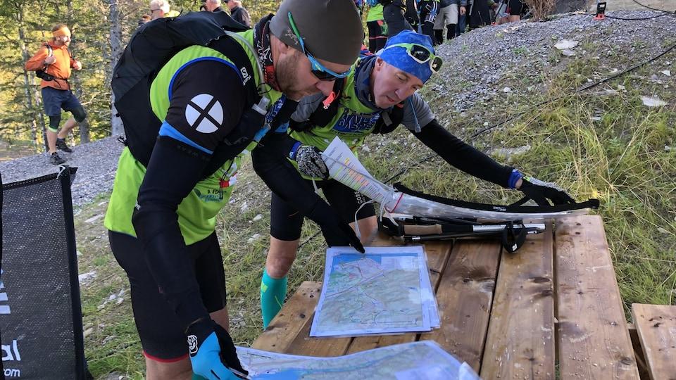 Deux coureurs révisent leurs cartes quelques minutes avant le départ.