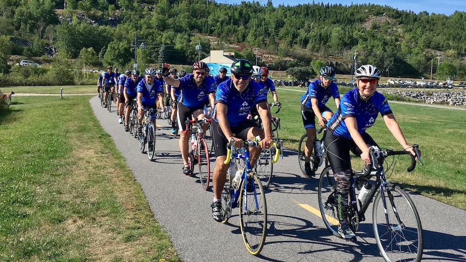 Des cyclistes participant à la Randonnée Vélo Santé Alcoa dans le parc des Pionniers de Baie-Comeau