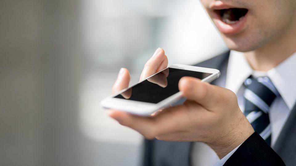 Un homme donne une commande à son téléphone.