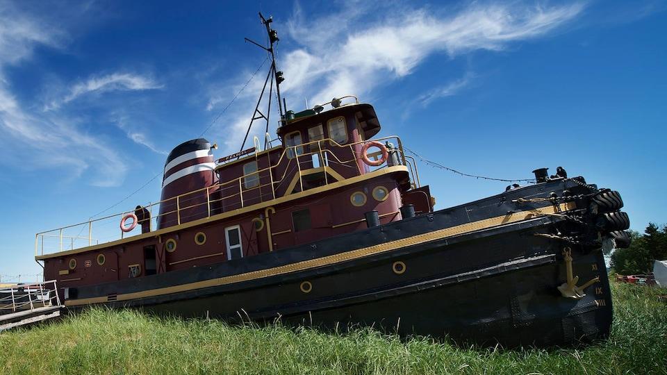 Un bateau à visiter au Musée maritime de Charlevoix, le remorqueur Felicia, sur la grève en bordure du Fleuve St-Laurent.
