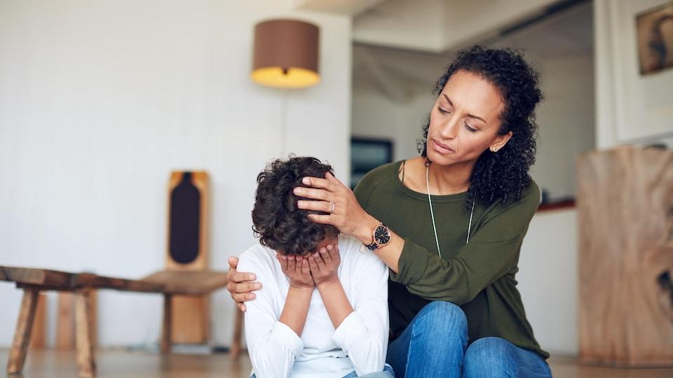 Une mère réconforte son enfant.