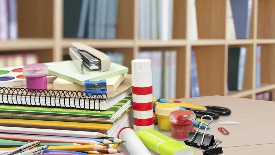 Fournitures scolaires sur un bureau