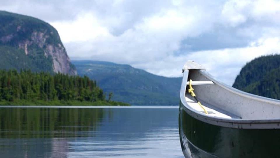 Canot sur l'eau à la Réserve faunique de Port-Cartier.