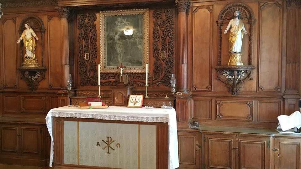 Chapelle privée de Mrg. Briand au Séminaire de Québec. Le retable est fait en pin et est finement sculpté de feuilles d'olivier.