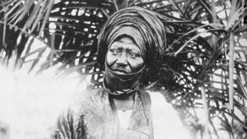 Homme vêtu d'un habit traditionnel du Cameroun et arborant un turban.