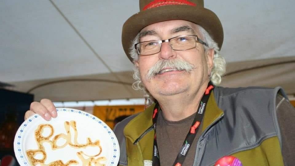 Roland Gagné tient une assiette.