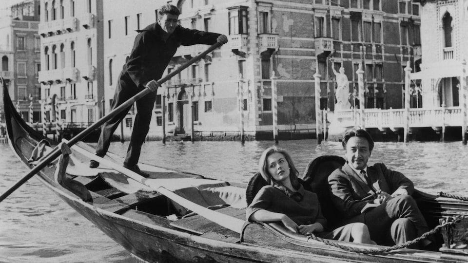 Le coupe est assis dans une gondole dans un canal de Venise.
