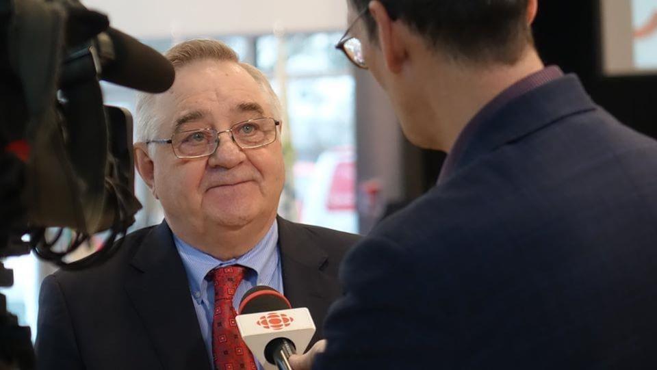 Ronald Bisson répond aux questions du journaliste Gilles Taillon en entrevue à la télévision de Radio-Canada