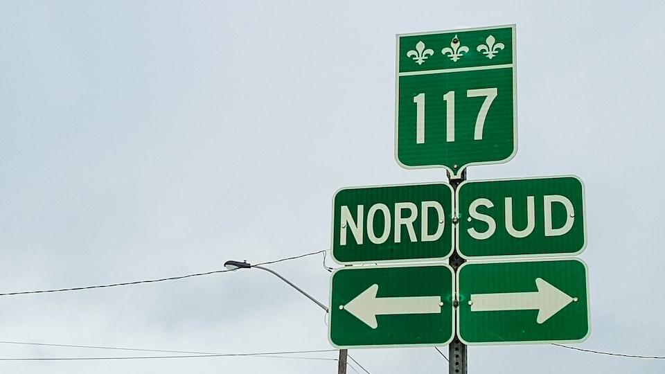 Affiche routière annonçant les directions nord et sud de la route 117, au Québec