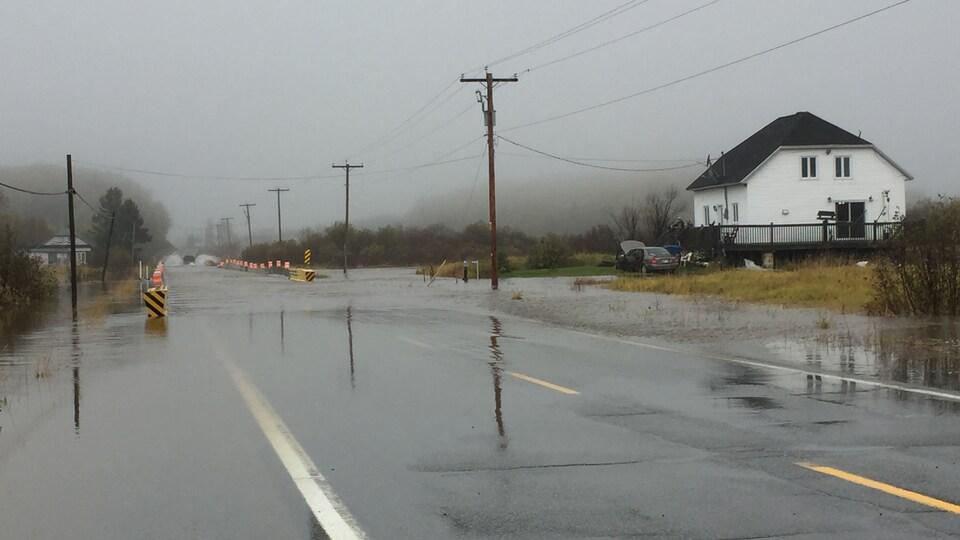 La route d'Aiguebelle du quartier Mont-Brun à Rouyn-Noranda a été inondée par les fortes pluies des derniers jours.
