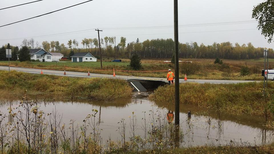 Une portion de la route d'Aiguebelle du quartier Mont-Brun à Rouyn-Noranda s'est affaissée en raison des fortes pluies.