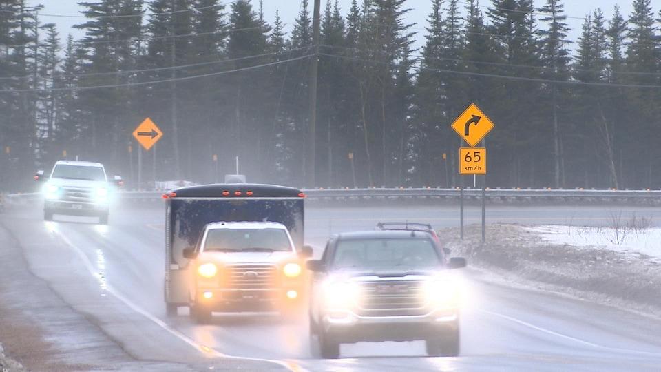 Les conditions météorologiques annoncées pourraient rendre la chaussée glissante. Des véhicules sur la route 138, mouillée, au printemps.